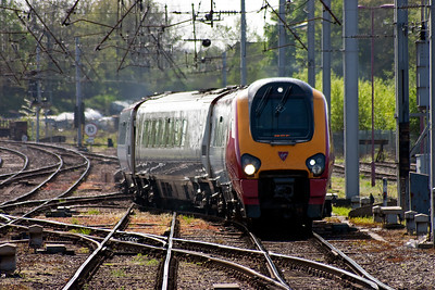 Gone also are the class 47 locos with mkII coaches, then HSTs on the Cross Country workings have come and gone. Virgin employ their class 220 and 221 Voyager units on these workings now as 221105 runs in with 1S39 0615 Briston Temple Meads to Edinburgh.