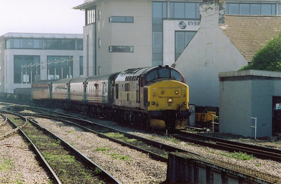 At the east end of the station and 37405 runs into Cardiff with another working off Rhymney, 2F18 1015 from the head of the valley.  This loco also wears an Immingham 40B shedplate.