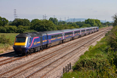 Like yesterday some early morning trains were running late for whatever reason. This is 1B15 0845 Paddington to Cardiff Central with 43091 and 43009 running about 30 minutes down.