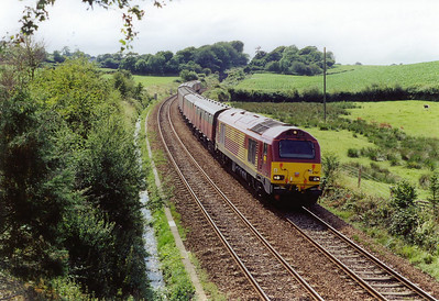 Another of the infamous Devon Banks is Rattray Bank running from Totness to Wrangaton Summit, a distance of 9 miles. 67017 passes milepost 224 1/2 from Paddington with 1E43 1509 Plymouth to Low Fell loaded mail vans. The gradient at this point is 1 in 50 dropping down towards Totness.