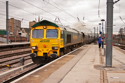 Freightliner 66528 runs through the down slow platform road with 4S15 West Burton to New Cumnock empty HHA bogie coal hoppers.