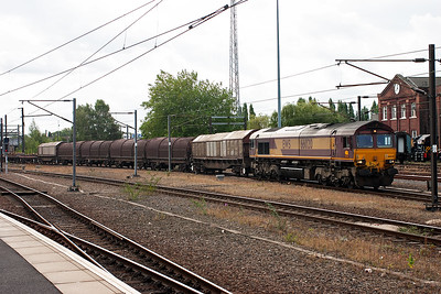 First freight of the day and 66020 comes round the back of the station with 6D95 1223 Doncaster Belmont Yard to Goole. The train is made uo of BYA, BXA, and BDA steel carrying wagons.