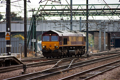 Down at the south end of the station 66235 scurries towards platform 1 running as 0D57 Doncaster Up Decoy Yard to Immingham.