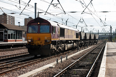 A featherweight load of four HAA coal hoppers is brought across the crossovers from the west side to the east side of the station. 66199 powers 6D17 1456 Doncaster Belmont Yard to Immingham Enterprise working.
