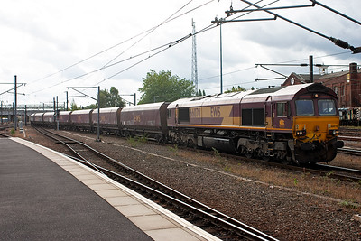 Returning to the back of the station and 66070 brings a rake of empty HTA coal hoppers along with 4D37 1120 Worksop Yard to Hull Docks.