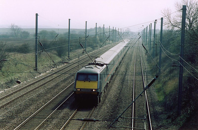 Looking south at Swayfield and an unknown class 91 leads 1N07 1230 Kings Cross to Newcastle up Stoke Bank at a gradient of 1 in 200. Just beyond is a short level section before the climb continues at 1 in 178.