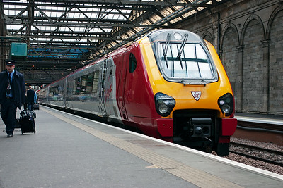 Virgin Cross Country class 220 Voyager set 220007 gets away from Edinburgh with 1M93 1152 off for Manchester Piccadilly.  10/5/2007