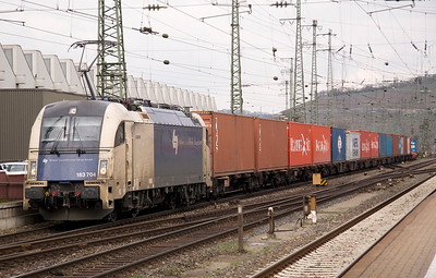 183 704 of the Wienner Loxalbahn heads a long train of containers through Wurzburg, probably headed from the Northern german ports to Vienna - 01/04/11