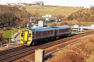 158729 drops down towards the viaduct with 2K09 1038 Edinburgh to Newcraighall via the clockwise Fife Circle.