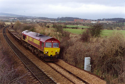 The empty pipe train runs south to Hartlepool from Inverness and passes Coaltown of Balgonie with 66171 providing the type 5 motive power.  5/2/2000
