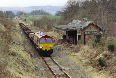 A return to Newburgh is made to capture 66193 passing the remains of Newburgh station which closed on 19/9/1955. The signalbox and loop lasted longer, not closing until the 1970's. The 'box has since been demolished.  26/2/2000