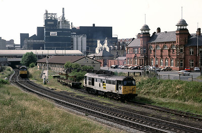 A brief diversion away from Winwick to another popular spot, Slutchers Lane Bridge in Warrington.   Here 31304 shunting a rail bolster – 47341 pulls up from under Bank Quay 26/6/92