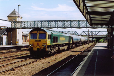 The first proper freight of the day shakes the station as it passes through under clear signals. Freightliner Heavy Haul 66610 lifts its 3000 plus tonnes oil train loaded into 30 TEA bogie tanks. The train is 6M00 1123 Humber to Kingsbury oil tanks.