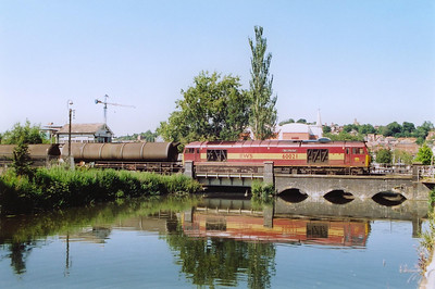 EWS 60021 passes over River Witham with 25 empty TEA bogie tanks running back to Lindsey. The train is 6E82 1251 off Rectory Junction.
