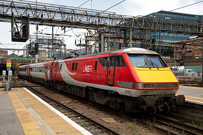 91127 propels its train led by DVT 82209 out of Kings Cross station with Edinburgh as the destination.