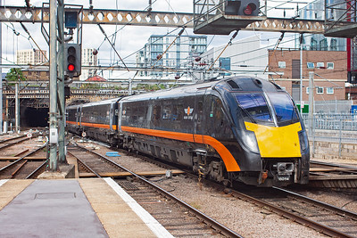 This was a surprise, Great Central Railway class 180 Adelante 180114 runs in with 1A63 1022 Bradford Interchange to Kings Cross. Great Central Railways are an Open Access operator.
