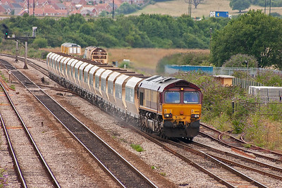 A late running freight approaches with 66158 in charge of 6C83 TO 1220 Machen Quarry to Westbury. The train has 18 loaded Hanson liveried JHA bogie hoppers and is about 2 hours down.