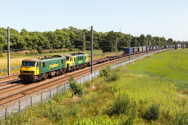 another pair of freightliner 90s - 90041 and 90049 passs Winwick with 4S44 Daventry - Coatbridge  30 june 2018