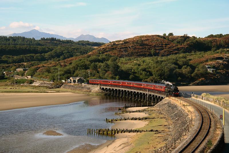 76079 crossing the Afon Dwyryd at  Penrhyndeudraeth with Cambrian coast express 03/08/06