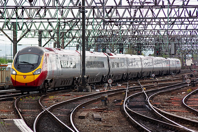 390038 glides silently in with 1H24 1220 Euston to Piccadilly. Virgin has virtually eliminated domestic flights between the two cities with their three trains an hour and two hour journey time.