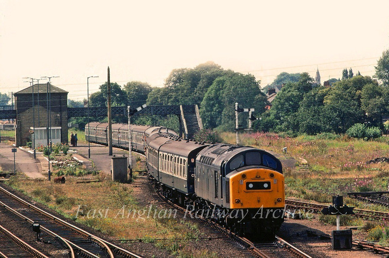 40168 passes the now abandoned platform 3 at Spalding with the 0915 summer saturdays only Yarmouth to Newcastle.  16th August 1980.