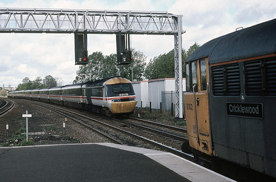 No sign of the semaphores by 1990:  31 102 at Kettering whiole HST 43119 with a St Pancras  bound service  28/10/90