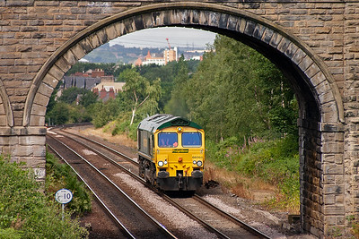 Two minutes after the previous pair of Freightliner locos passed by, yet another light engine movement is recorded at Oakenshaw. This lonely wanderer is 66566.