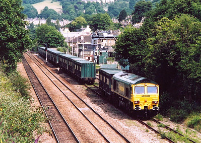 So having missed it at Box by mere seconds I drove to Oldfield Park in Bath to record 66527 shunting the Bath portion of 4V60 1055 Calvert to Bath and Bristol empty binliner at the city's refuge transfer sidings.