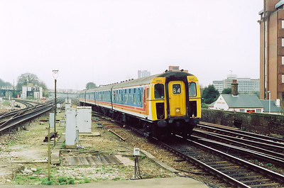Another class 421 4CIG unit runs into the station.  This is a down working 1T33 1209 off Waterloo to Portsmouth Harbour.