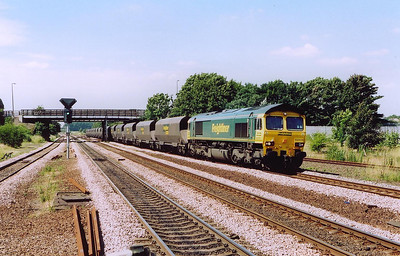 A flash of the green team as Freightliner Heavy Haul 66509 brings 4D46 1000 Drax Power Station to Immingham Empty Coal Hoppers through the station.  Once at Immingham the HHA hoppers will be reloaded with imported coal,