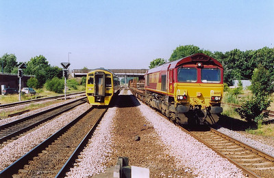 The next day and the sun is shining warmly.  Down on the platform and 158906 approaches working 1W28 0841 off Sheffield to Bridlington.  Beside it is 66069 hauling 6D82 0331 Tyne Yard to Immingham Enterprise.  28/6/2005