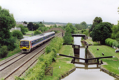 A move to the road bridge seen above 59102 which gives a superb view of both the railway and the canal. 165103 heads for Paddington with the 1025 off Bedwyn. The restored Kennet and Avon Canal is just to the right. Note the lock chamber is empty with the bottom gate open.