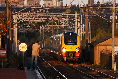 The afternoon sun is falling fast as 220014 approaches with 1M95 1552 Edinburgh to Manchester Piccadilly Cross Country service.