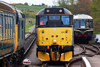 Brush type 2 31271 runs in with 2N17 1430 Swanage to Norden passing English Electric type 3 37264.