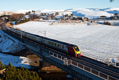 I had moved to the other side of the line to get into the car and move when 221117 approached from the south heading for Edinburgh with 1S60 1220 from Birmingham New Street. The snow on the hills behind Crawford looks great.