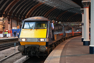 The 1730 Kings Cross to Edinburgh working, 1S26, pauses at York and the driver stands at the door of his loco 91129. Very unusually there is another loco coupled inside 91128 with its pantograph down so it must have failed at some point.