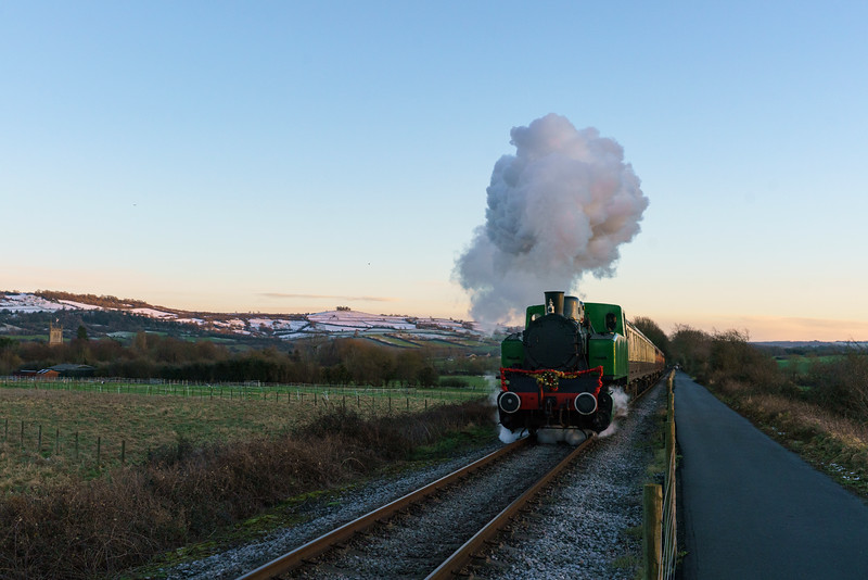TKh 4015 'Karel' on Mince Pie Specials up Riverside Bank 27/12/17