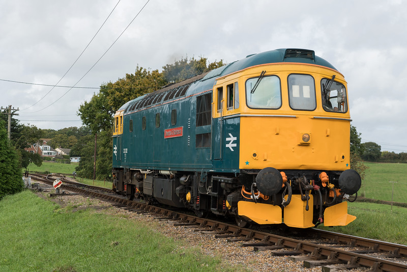 33202 'Dennis G Robinson' departing Wotton Light to Havenstreet at the Isle of Wight Diesel Gala 30/9/17