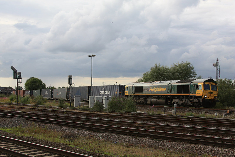 66592 4O55 Leeds - Southampton passes with another nice rake of intermodal flats 07.07.11
