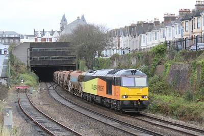 60047 6C26 Westbury - St Blazey with loaded 5x JJA & 5x HQA Autoballasters approaches Plymouth Station 28.11.15