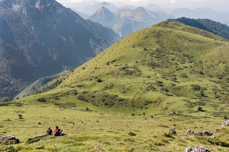 A gauche, la descente vers Escot depuis le col de Marie-Blanque,  à droite, les hauteurs du Bois de Hource