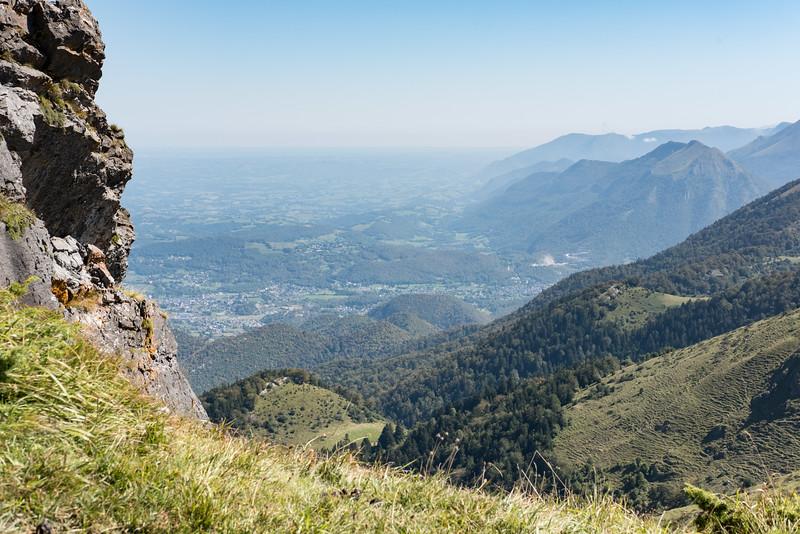 Sous le sommet, la vue vers l'est montre l'entrée de la vallée d'Ossau et les villages d'Izeste et de Louvie-Juzon