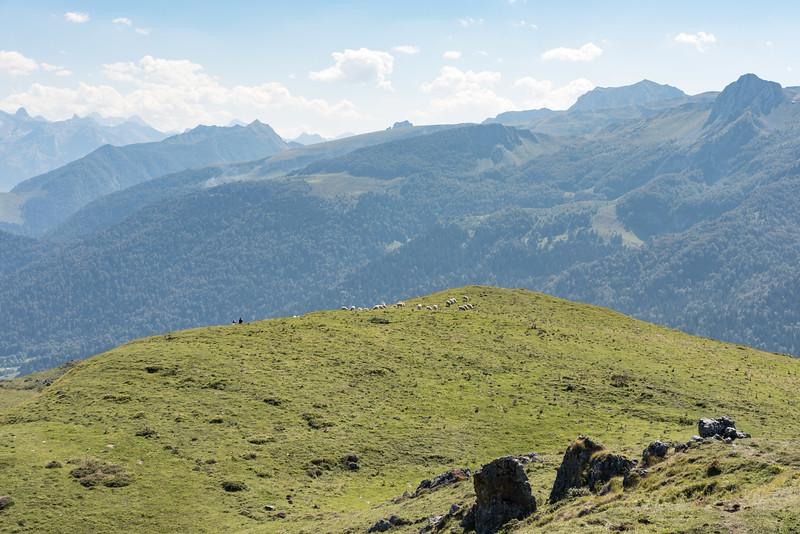 Au milieu et à l'horizon, dépassant à peine, le pic du midi d'Ossau 2884m