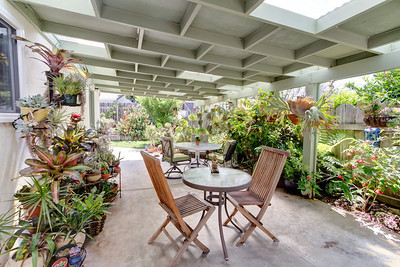 Carpinteria side patio