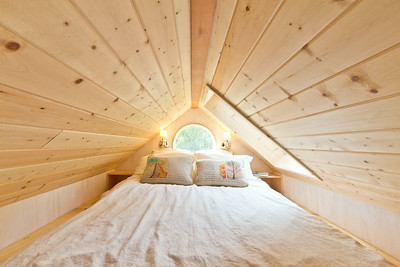 Tiny House queen size bed in sleeping loft