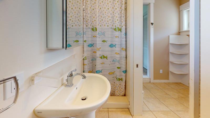 20-Harborside-Terrace-Bathroom(1)