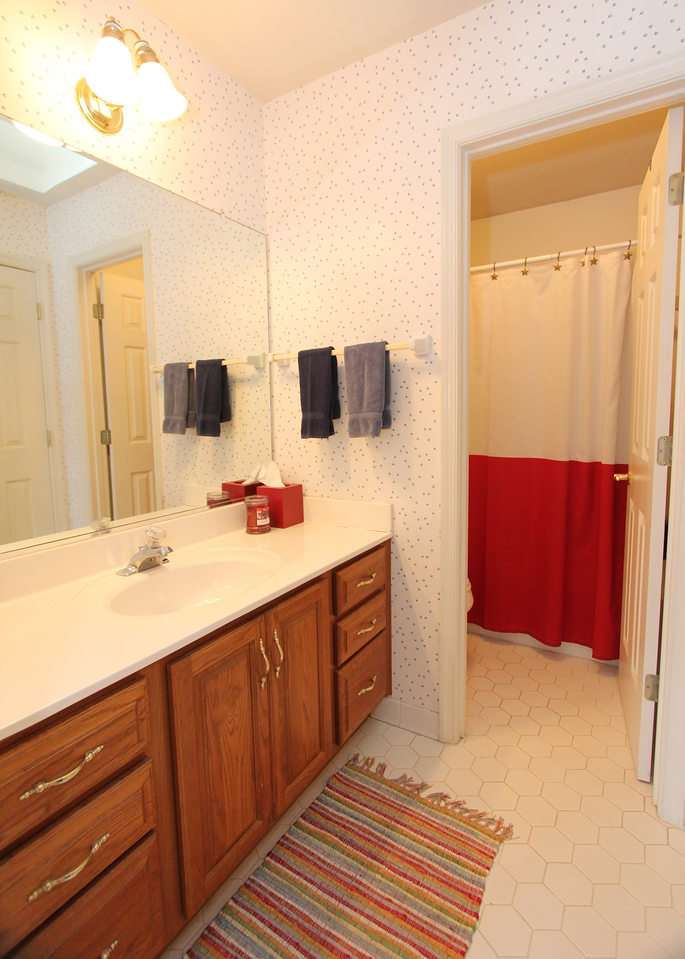 Upper level hall full bathroom