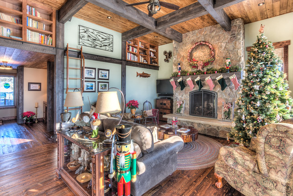 One of a kind Bitteroot Home - Christmas in the Rockies