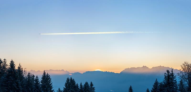 Jet über den Schweizer Bergen