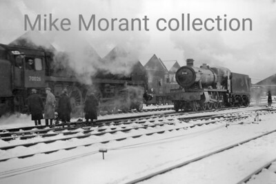 An undated mid-winter shot of derailed Standard 7MT 'Britannia' pacific no. 70026 Polar Star at Swindon mpd. Amongst the onlookers ar Collett 'Hall' class 4-6-0 no. 5881 Gresham Hall and diesel mechanical 0-6-0 shunting locomotive no. D2086, a long term resident at Swindon. [Mike Morant collection]